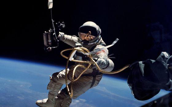Фото бесплатно космонавт, скафандр, шланг