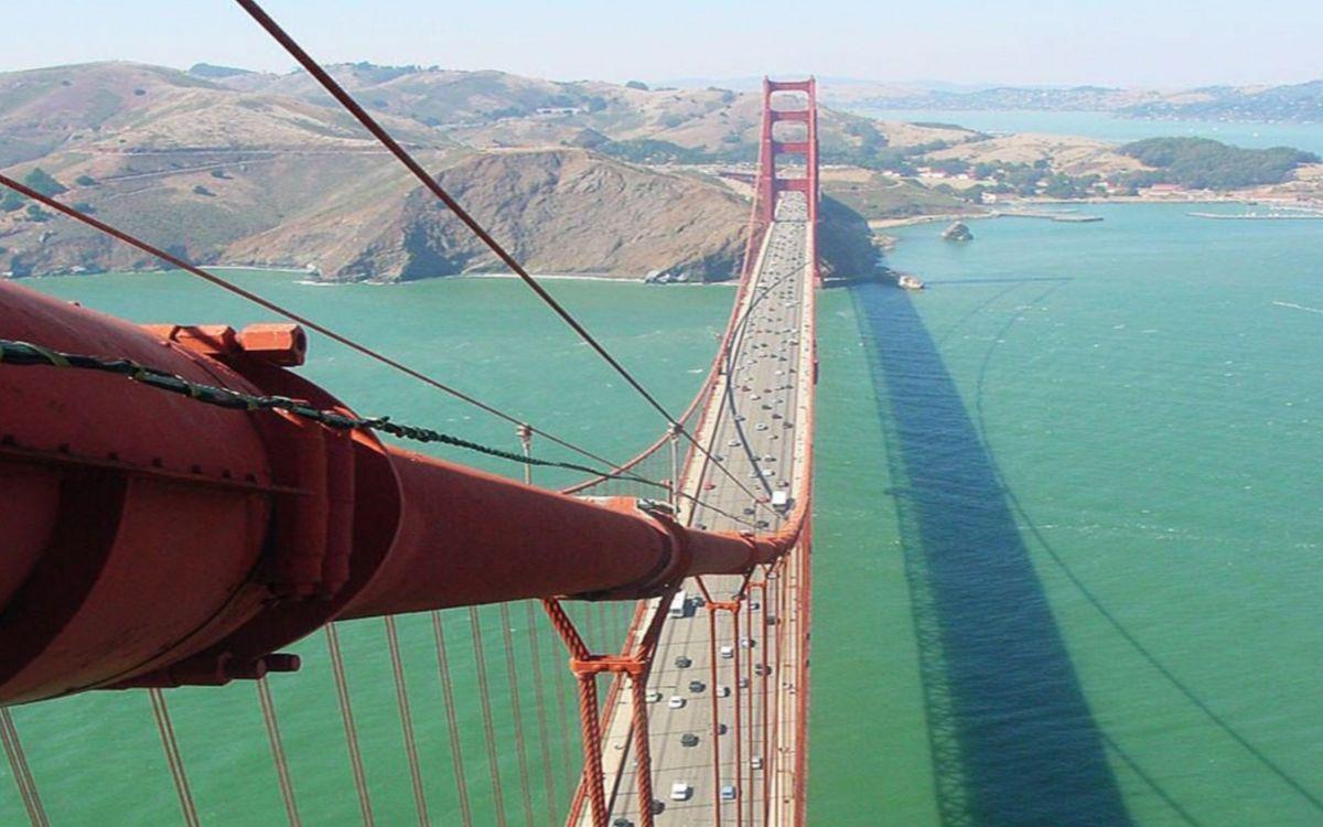 Фото бесплатно залив, мост, конструкция, тросы, машины, берег, холмы, разное