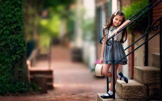 Бесплатные фото девочка,ступеньки,улыбка,дома,дорога,деревья