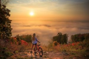 Заставки девушка, велосипед, гора