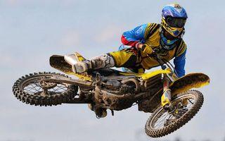Фото бесплатно мотофристайл, мотоцикл, спортсмен, экипировка, шлем, прыжок, трюк