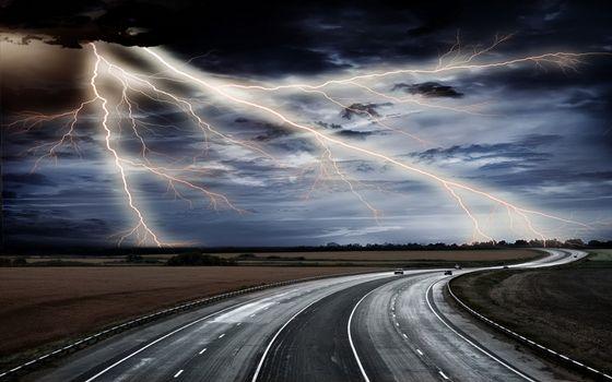 Бесплатные фото трасса,дорога,машины,небо,гроза,молния,разряд,природное явление