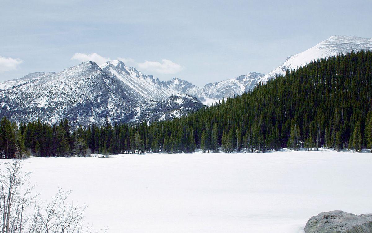 Обои зима, озеро, снег, деревья, лес, горы, небо на телефон | картинки природа - скачать