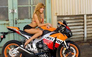 Бесплатные фото спортбайк, оранжевый, надписи, девушка, красотка, здание, двери
