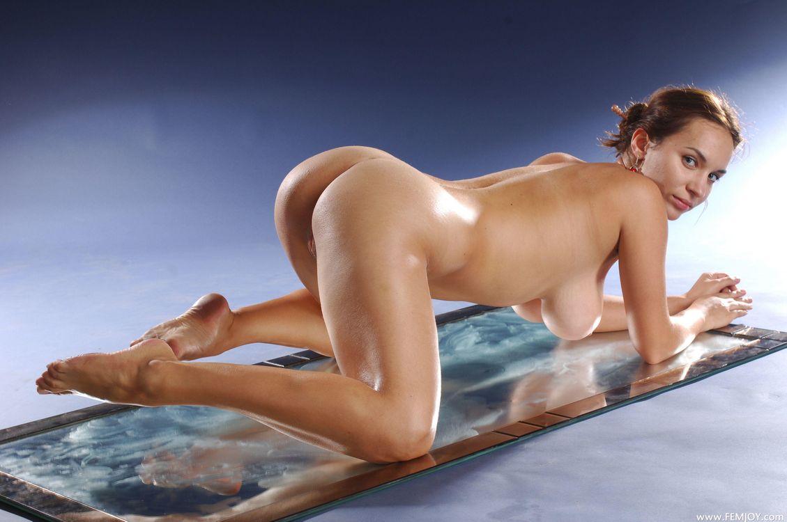 были голые девки с большими сиськами в разных позах выбор