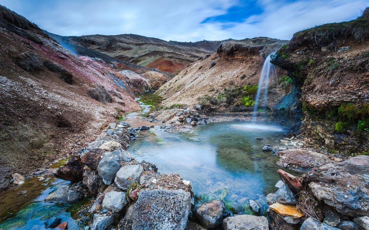 Фото бесплатно горы, ручей, камни, водопад, растительность, небо, природа