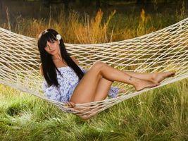 Бесплатные фото Яркая брюнетка, девушка в гамаке, лето, солнце, гамак, девушка