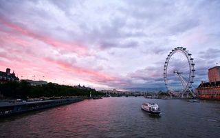 Бесплатные фото река,речной трамвайчик,набережная,колесо обозрения,дороги,дома,здания