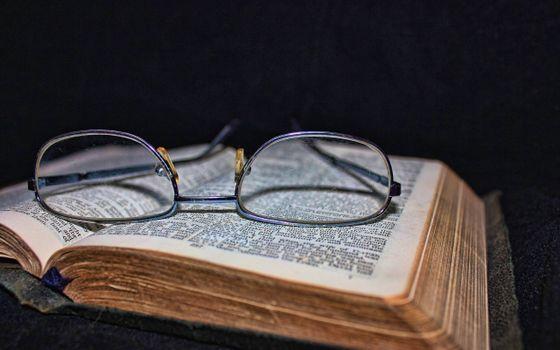 Фото бесплатно старая книга, очки