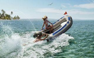 Бесплатные фото море,лодка,девушка,мужчина,мотор,брызги,птицы