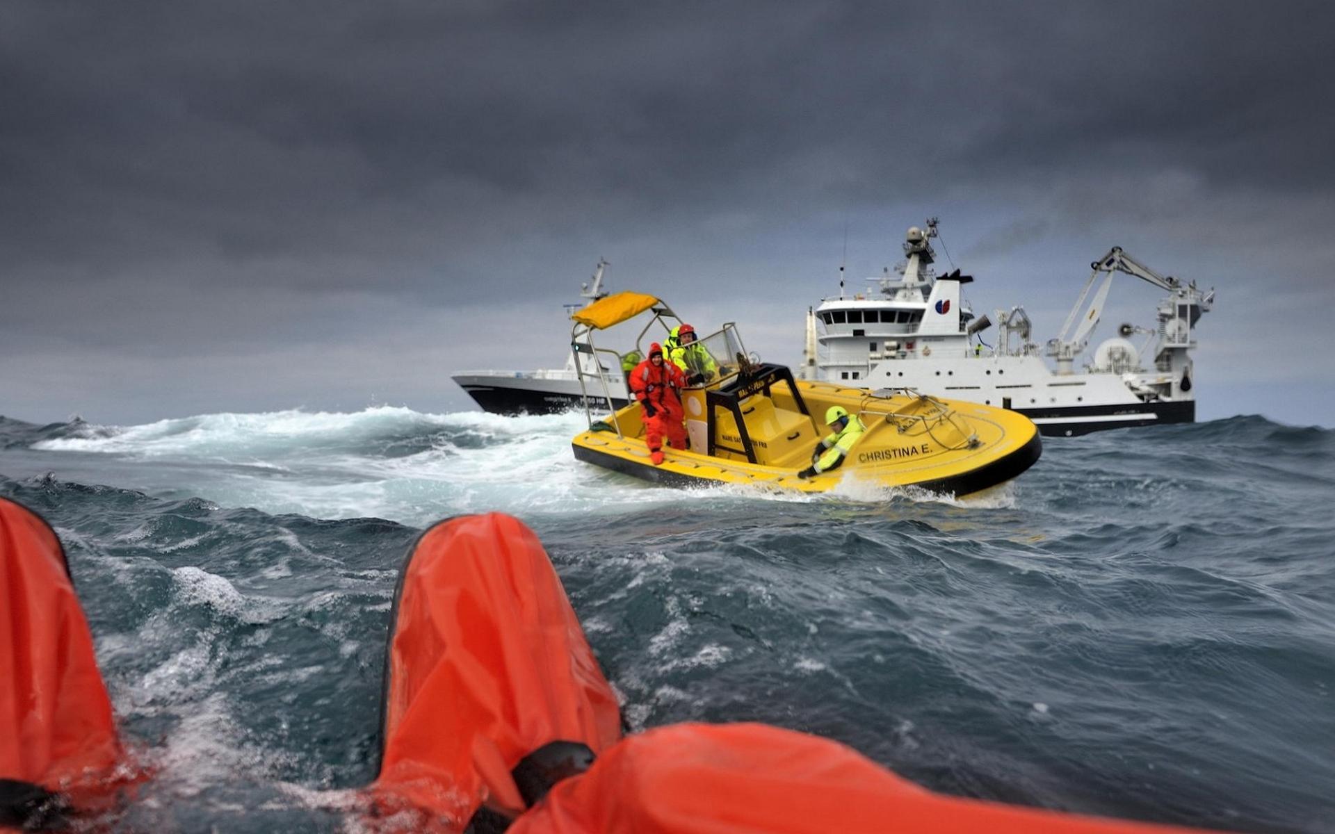 лодка в море в шторм
