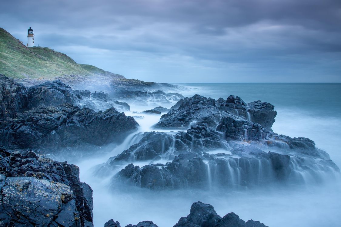 Фото бесплатно море, шторм, волны, скалы, брызги, маяк, Шотландия, пейзаж, пейзажи
