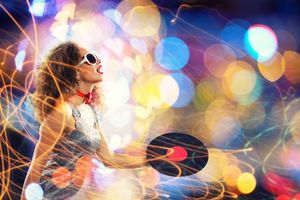 Бесплатные фото девушка диско,девушка,улыбка,настроение,музыка