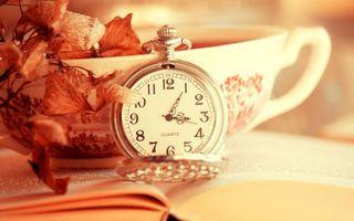 Фото бесплатно часы карманные, циферблат, стрелки, крышка, чашка, чай, листья, книга