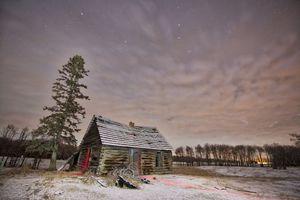 Бесплатные фото поле,ночь,домик,сияние,деревья,пейзаж