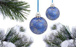 Заставки Рождественские синие шары,снег,еловые ветки,шары