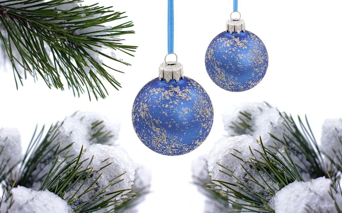 Фото бесплатно Рождественские синие шары, снег, еловые ветки, шары, новый год
