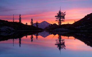 Обои горы, озеро, деревья, янтарное небо, закат, отражение