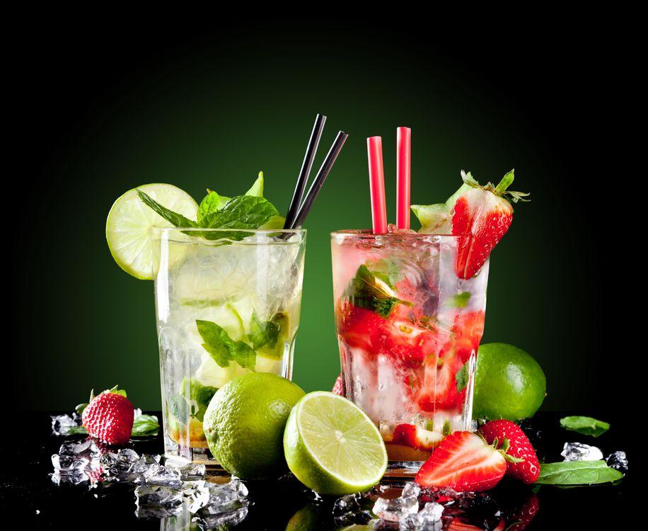 Фото бесплатно коктейль, мохито, бокалы, фрукты, клубника, лайм, напитки