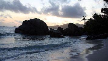 Бесплатные фото море, камни, валуны, берег, растительность, небо, облака