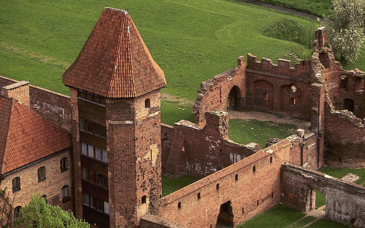 Фото бесплатно стены, развалины, башня, крыша, окна, деревья, трава, разное