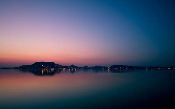 Бесплатные фото вечер,море,горизонт,суша,горы,городок,огни,небо