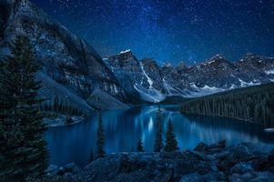 Обои Озеро Морейн, Альберта, Канада, ночь, горы, деревья, сияние, пейзаж