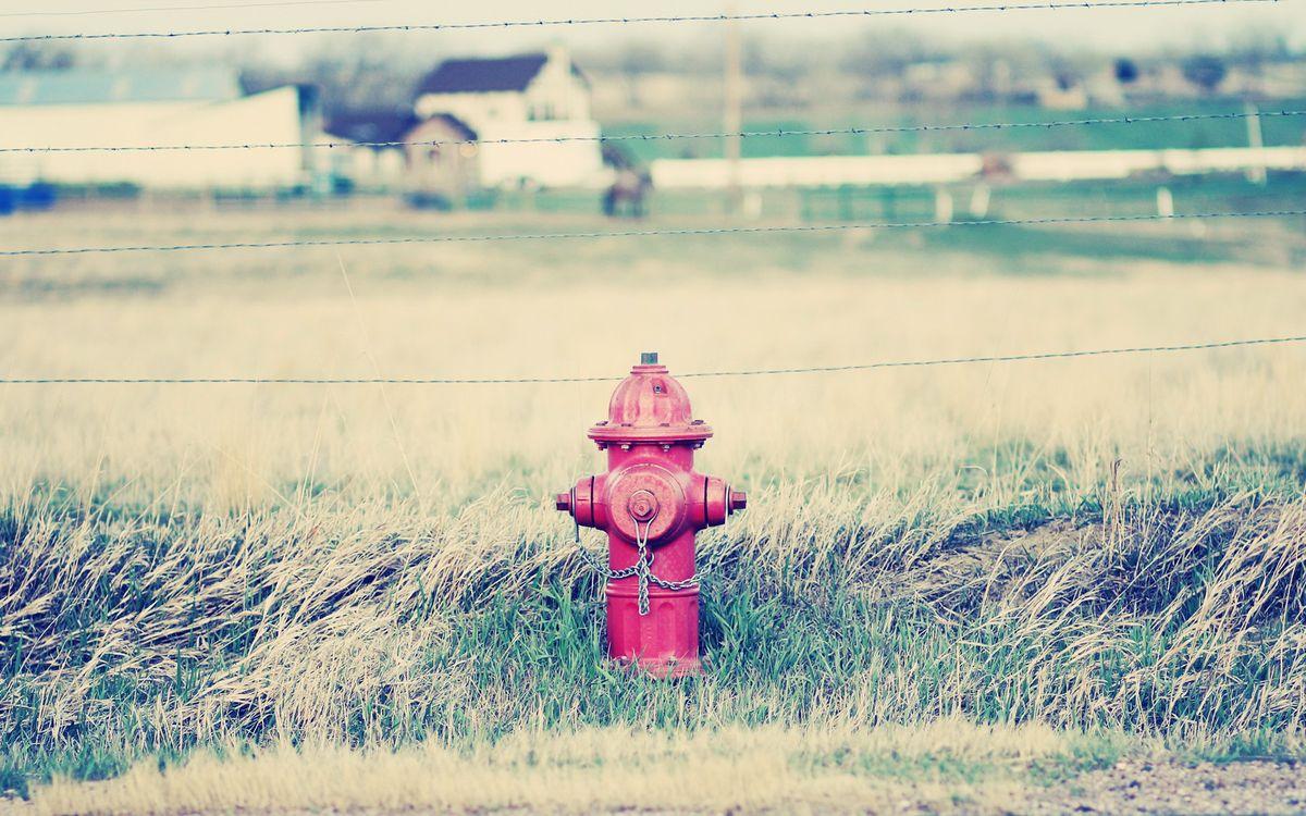 Обои пожарный гидрант, красный, трава, ограждение, проволока, ферма на телефон | картинки разное