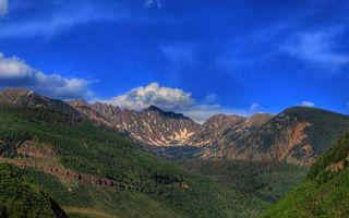 Фото бесплатно горы, скалы, деревья, лес, снег, небо, облака