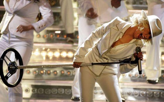Фото бесплатно сцена, певица, шляпа, костюм, микрофон, танцоры