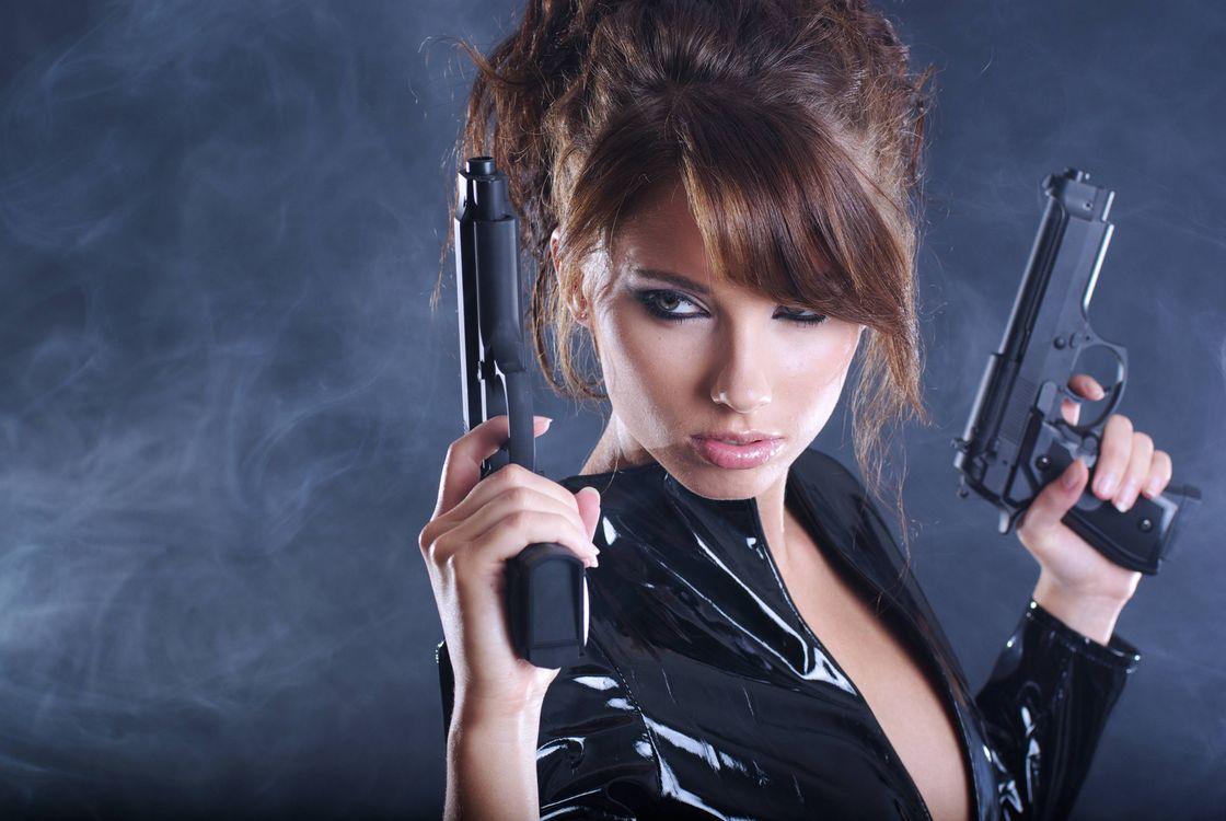 Фото бесплатно девушка, красотка, оружие, стиль, стиль