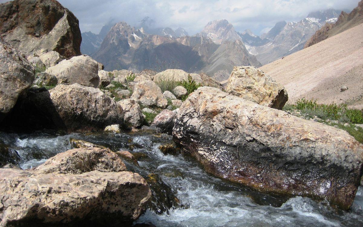 Фото бесплатно горы, камни, трава, ручей, течение, небо, природа