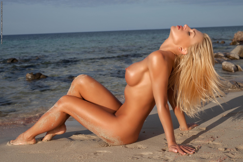 Порно эротика фото блондинка на пляже соло цыпочки