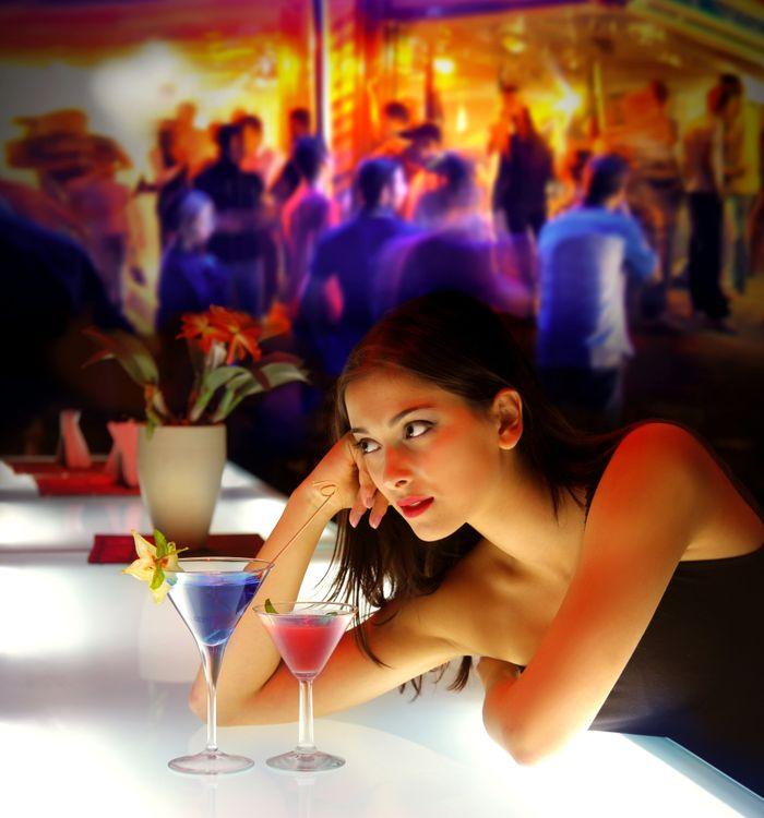 Фото бесплатно Барная стойка, девушка, красотка, коктейль, напиток, взгляд, настроение, настроения