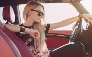 Photo free blonde behind the wheel, blonde, glasses