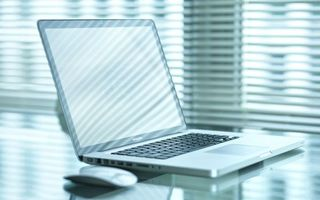 Бесплатные фото ноутбук,макбук про,дисплей,клавиатура,мышь,стол