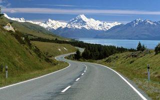 Фото бесплатно дорога, разметка, деревья, озеро, горы, вершины, снег