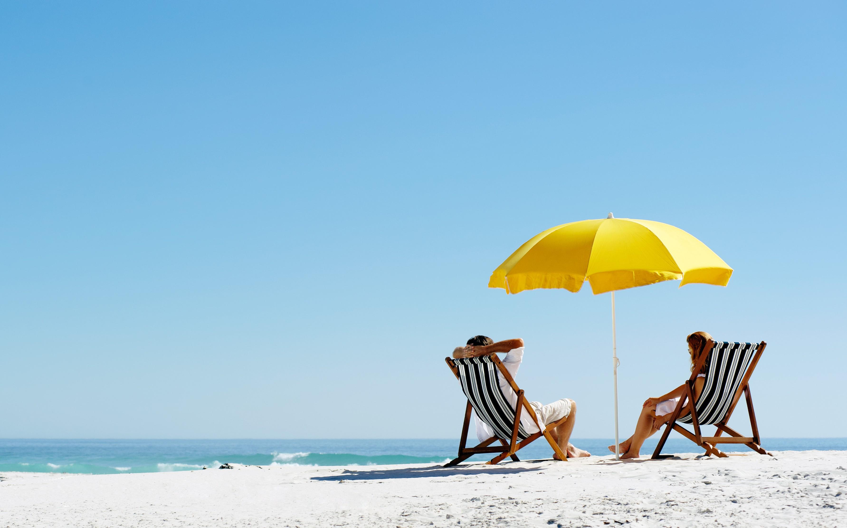 Желтый зонтик, шезлонг, море загрузить