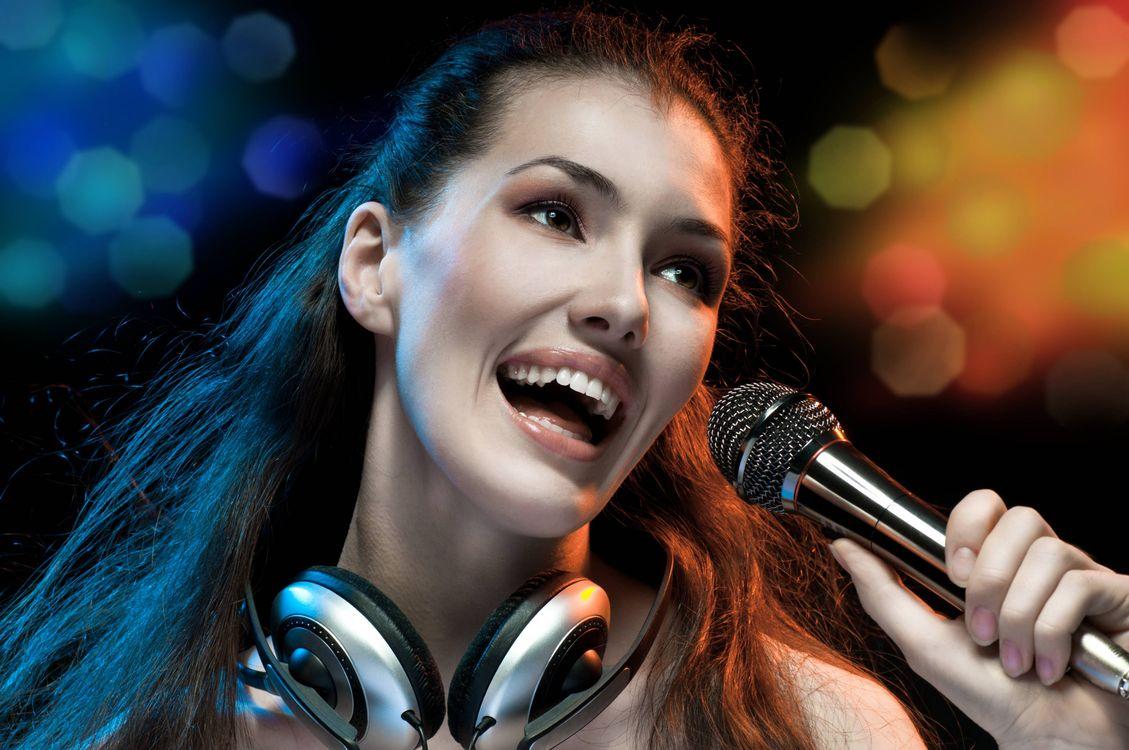 Фото бесплатно красивая девушка, поет, музыка, микрофон, улыбка, настроение, музыка