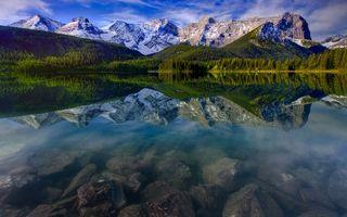 Обои озеро, чистая, прозрачная, вода, каменистое дно, деревья, горы