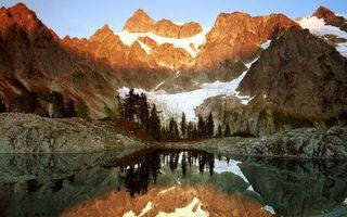 Фото бесплатно озеро, гладь, отражение, горы, деревья, скалы, снег