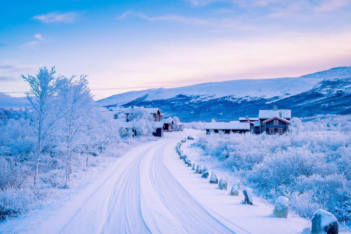 Фото бесплатно норвегия, зима, снег, дорога, дома, горы, деревья, пейзаж, пейзажи