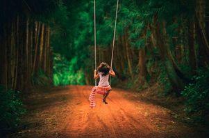 Фото бесплатно девочка на качелях, лес, дорога