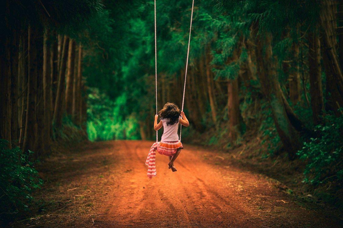Фото бесплатно девочка на качелях, лес, дорога, настроения