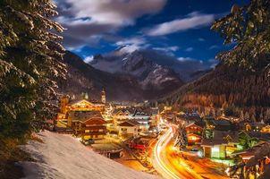 Бесплатные фото городок,подножье горы,ночь,огни,фонари,дорога,лес