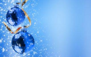 Бесплатные фото новый год,шары,елочные игрушки,лента,снег,фон голубой
