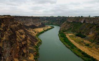 Бесплатные фото ущелье,обрыв,камни,река,растительность,небо