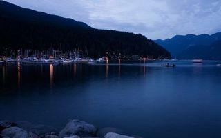 Обои залив, вечер, горы, деревья, порт, пристань, яхты, мачты, фонари
