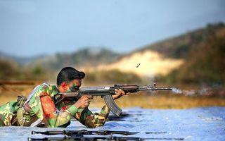 Фото бесплатно солдат, камуфляж, стрельба лежа, автоматы, оружие, выстрел, гильза, ствол, дым