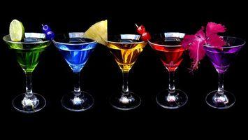 Бесплатные фото бокалы,коктейли,цветные,украшение,фрукты,фон черный